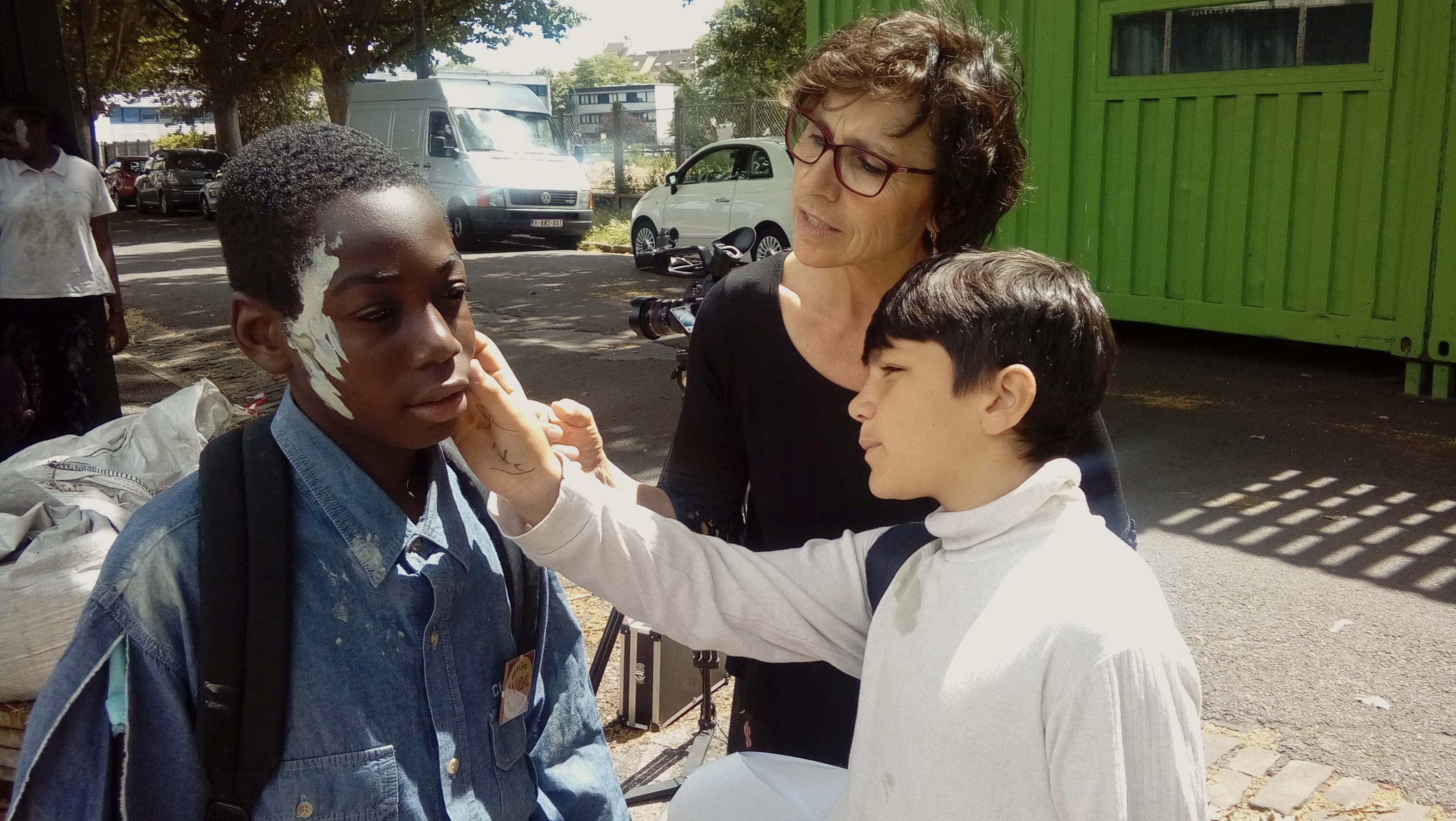 Deux jeunes répètent une scène et sont accompagnés par une directrice d'acteur.