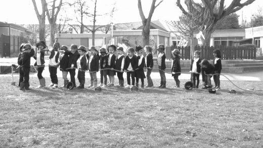 Les enfants réalisent Charlot jardinier, scénette burlesque.